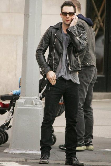 Adam với quần jean rách nam tính