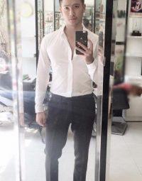Gymer mặc áo sơ mi trắng